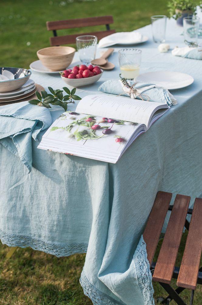 sur une jolie nappe de dentelle un dimanche en famille dans le jardin inspirations pinterest. Black Bedroom Furniture Sets. Home Design Ideas