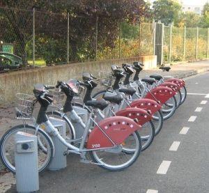 Londres e Lyon inovam em soluções urbanasA região da grande Lyon, na França, obteve redução expressiva no uso de carros, nos últimos 5 anos, com a implantação de sistema de aluguel de bicicleta, o Vélo'v. Além de 1 face mais humana e menos stress no ar, bastaria 1 palavra para justificar o investimento: economia. As quatro mil bicicletas existentes rodaram 60 milhões de quilômetros até hoje, o que significa dizer que duas mil toneladas de dióxido de carbono deixaram de ser emitidas naquela…