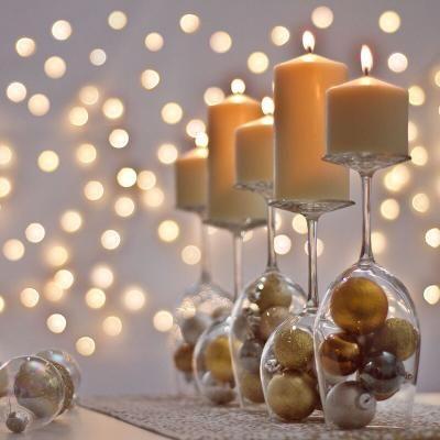 mesa de nochevieja decorada con copas, velas y bolas de navidad