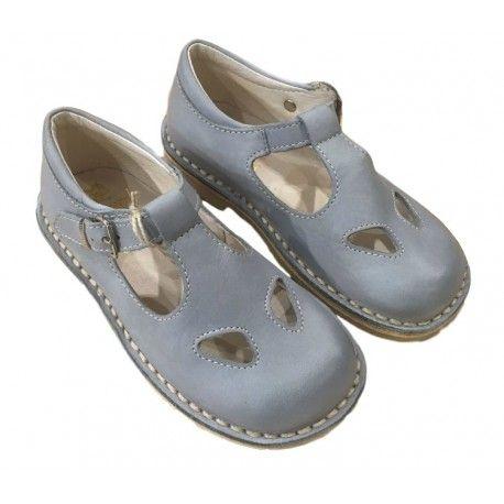 SANDALI BIMBO EQUERRY Sandali da bambino di Equerry con tomaia in vera pelle di colore grigio con cinturino con fibbia regolabile, punta tonda, due buchi, impunture a vista e suola in gomma naturale. Sandaletti Equerry, una calzatura ideale per proteggere il piedino del tuo bambino in un momento così delicato della sua crescita. #equerry #scarpeequerry #sandali #sandaliequerry #scarpe #calzature #bambino #bimbo #bebè #neonati #baby #kid #junior #child #children #scarpe #shoes #shoponline