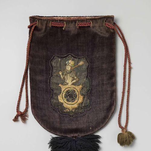 Buidel van paars fluweel, aan de voorzijde met zijde en zilverdraad het gemeentewapen van Schagen geappliqueerd, voorzien van wollen trekkoord en dito kwast, Anonymous, c. 1600 - c. 1699 - Rijksmuseum