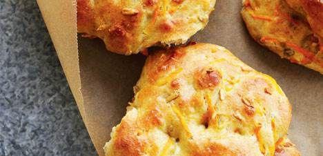 Det her er en grovere udgave af bagerens klassiske gulerodsbrud. Bollerne er stadig saftige og meget lækre.