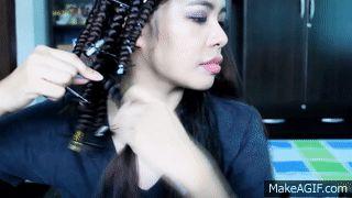 gif mujer girando su cabello en un popote