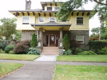 Old Portland (Four Square)    A very distinctive style popular around the early 20th century. A large square box with low hipped roof and a deep overhang, full porch with wide stairs. Two to two-and-one-half stories with a large central dormer.