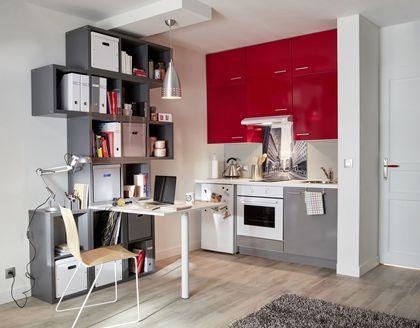 Une kitchenette lumineuse en rouge et gris brillants, à prix très compétitif