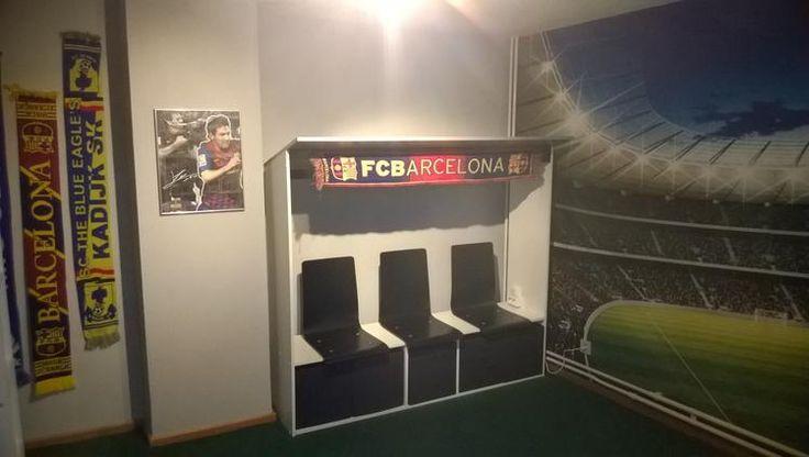 Foto: Voetbalkamer. Voor onze zoon van 8 maakten we een echte voetbalkamer met stadionbehang (muurdeco4kids), grastapijt (praxis) en de door mijn man zelfgemaakte dug-out. (stoeltjes en manden Ikea, witte meubelpanelen uit doe-het-zelf-zaak). Hij is superblij en trots op zijn mooie kamer!. Geplaatst door gijske op Welke.nl