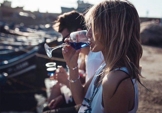 """Rosé? Esqueça. Vermelho ou branco? Isso é coisa do passado! A moda agora é o vinho azul. Uma startup espanhola criou uma fórmula eletrizante e colorida para alegrar nossos dias frios. """"Tente esquecer tudo o que você sabe sobre vinhos. Ignore todos os seus conhecimentos sobre o assunto e tudo aquilo que o sommelier te falou semana passada"""", apostam os fabricantes. Chamada de GIK, essa mistura combina uvas vermelhas e brancas sem nenhum processo de envelhecimento. A empresa explica que a cor…"""