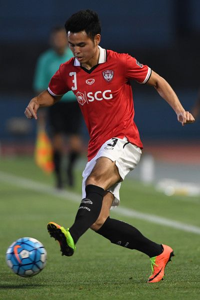 Theerathon Bunmathan of Muangthong United in action during the AFC Champions League Round of 16 match between Kawasaki Frontale and Muangthong United at Kashima Stadium on May 30, 2017 in Kashima, Japan.