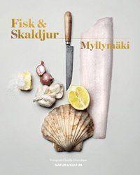 """Utsedd till Bästa form i Årets Svenska Måltidslitteratur 2016! """"Näst intill ett måste för alla som gillar att tillaga havets läckerheter. Suverän."""" Femina Fisk & skaldjur innehåller ett 80-tal recept på rätter som Tommy Myllymäki lagar både hemma och på restaurang. Alla är anpassade efter hemmaköket och innehåller råvaror som du oftast hittar i en vanlig matbutik. I boken hittar du ett flertal varianter på rätter med enkla vardagsfiskar, som exempelvis grädd..."""