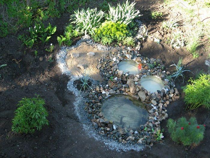Украсить получившиеся водоемы декоративными камнями.