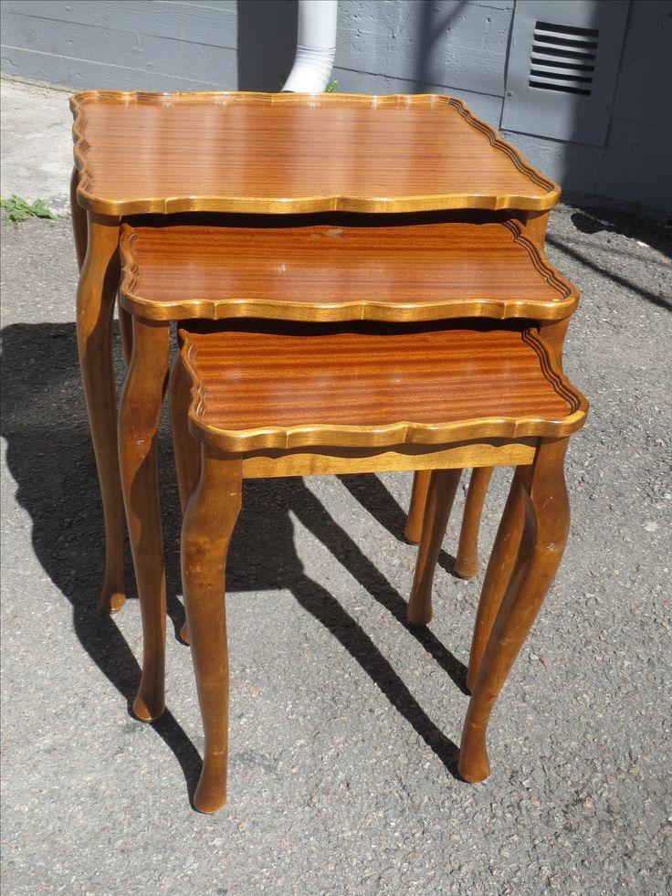 Kauniinmallinen vanha sarjapöytä kolmella pöydällä.  Pöydän pinnoissa on jonkin verran jo käytön jälkeä, mutta on kuitenkin täysin käyttökuntoinen tällaisenaan.  Tukeva, ei kaipaa liimauksia.  Isoimman pöydän koko 53 x 39 cm, korkeus 57 cm. 80 euroa.