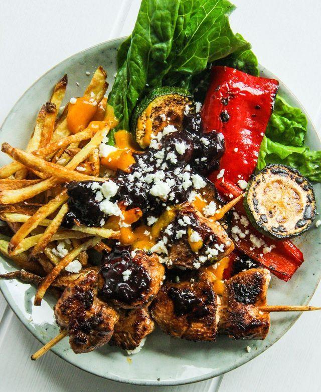 Grekisk kyckling souvlaki med krispiga feta fries, marinerade grönsaker, vitlöksrostad saffransaioli & rödvinskokta körsbär | Alicias kokbok