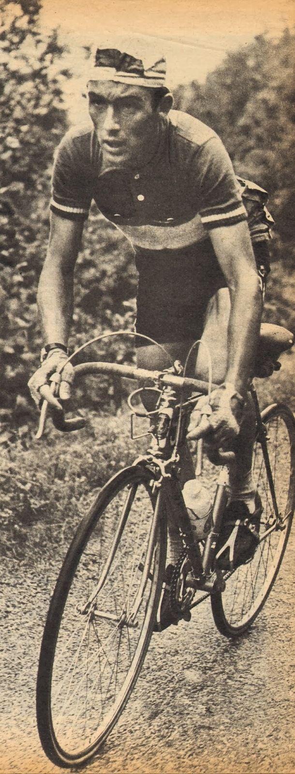 """Tour de France 1958. 21^Tappa, 16 luglio. Briançon > Aix-les-Bains. È il giorno di Charly Gaul (1932-2005). Sulle Alpi e sotto un diluvio universale, il lussemburghese rientra perentoriamente in classifica, sbaragliando letteralmente gli avversari: Vito Favero (1932-2014), la nuova maglia gialla, giungerà al traguardo dopo 10'09"""", Raphael Geminiani (1925) dopo 14'35"""". Jacques Anquetil (1934-1987), distrutto dalla polmonite, arriverà a 23'14"""" [But et CLUB]"""