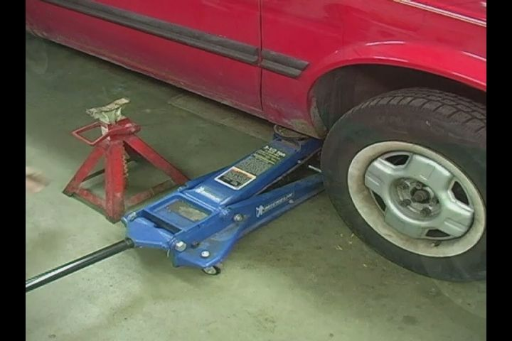 Video: Tips on Jacking a Car for Changing Brake Pads | eHow