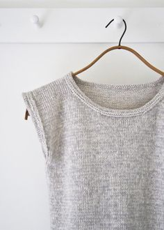Knitting Tee Top Free Purl Bee - very good idea for sleeve and neck BO - over-the-top-top Bündchen, Arm- und Halsauschnitte sind raffiniert gemacht