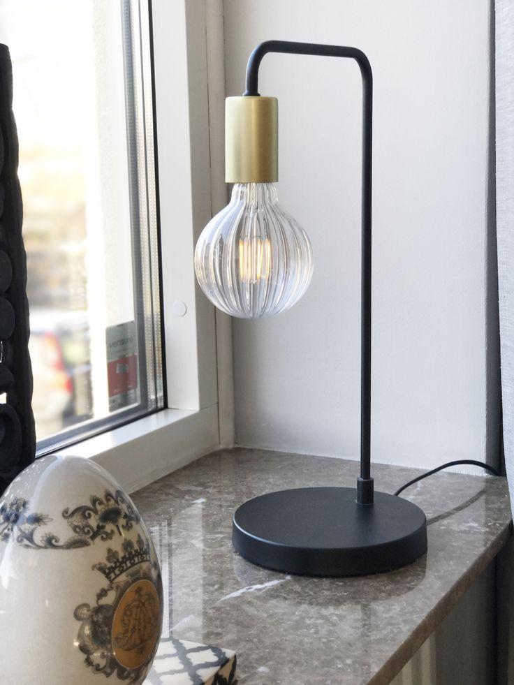 Fondi bordlampa i svart matt finish med detalj i mässing