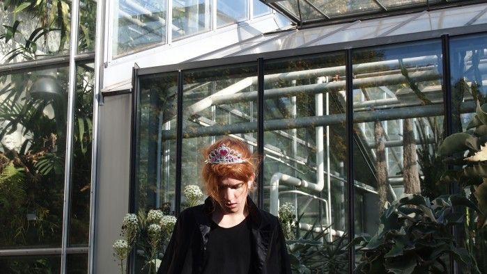 MONA CORDES!  Mona Cordes, de 19 años, nació y aún vive en Alemania. Ella aspira a ser diseñadora de moda, quien actualmente sigue asistiendo al colegio. Además de sus estudios hace todo tipo de trabajo creativo como coser, dibujar o tomar fotos. Estudió todas las artes que significa Gráficos, Textil, Arte y Diseño y Fotografía en una universidad británica.  http://www.artistasseanunidos.com.ar/mona-cordes/   #monacordes #germany #fashion #photography #girlmodel #golden #pink #flowers