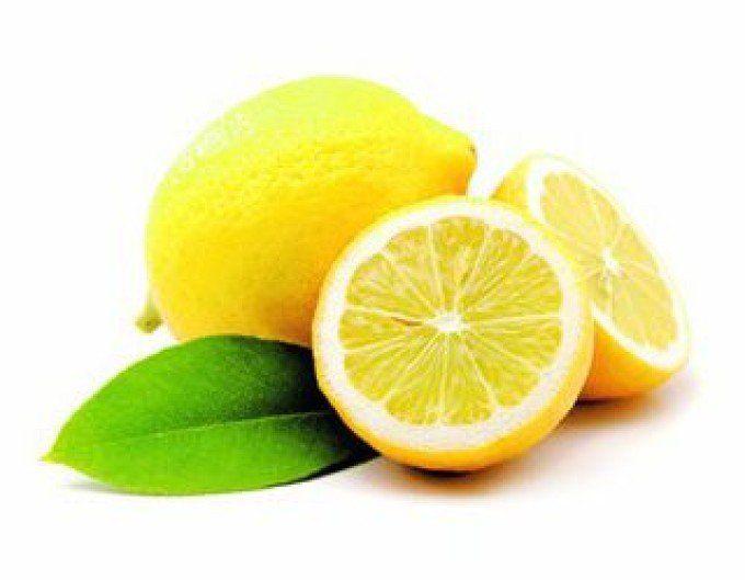 Поместите промытый лимон в морозильную камеру холодильника. После того, как он заморозится, возьмите терку, натрите весь лимон (не нужно чистить его) и посыпайте им ваши блюда.  * Посыпайте его в овощные салаты, мороженое, супы, крупы, макароны, спагетти, рис, суши, блюда из рыбы, виски, вино .... Список можно продолжать бесконечно. * Все продукты будут неожиданно иметь приятный вкус, которого вы, возможно, никогда не пробовали раньше. * Вы можете использовать его даже в растворимой чашке…