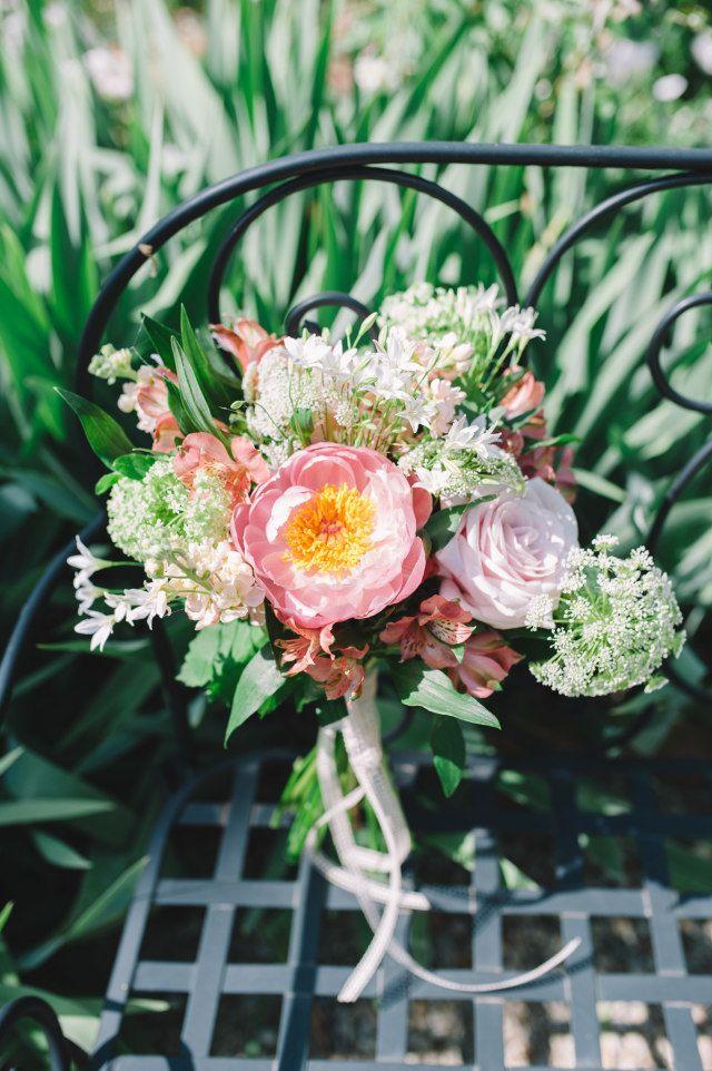 Een luchtig trouwboeket met de juiste kleurcombinatie van wit, roze en koraal