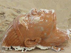 """Uma esfinge intacta foi descoberta nas dunas da Califórnia. Mas não tem qualquer """"parentesco"""" com as gigantes estátuas construídas há mais de dois mil anos pelos egípcios. Tem apenas 90 anos e foi construída pelo realizador norte-americano Cecil B. DeMille para o seu filme """"Os dez mandamentos"""". http://sicnoticias.sapo.pt/cultura/2017-12-04-Esfinge-egipcia-desenterrada-na-California"""