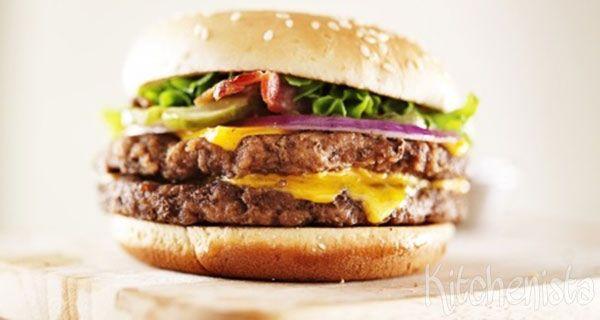 Mijn makkelijke vrijdagavondmaaltijd van gisteren! Een broodje hamburger op z'n tijd is heerlijk, maar dan wel als je het zelf maakt. En dan niet met kant-en-klare hamburgers, maar uiteraard …