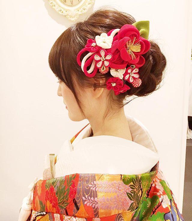 #和装前撮り #名古屋城 で 華やかにしたかったけど、造花はピンとこなくて #椿 の#つまみ細工髪飾り 母の友達に借りた #京友禅 の椿と、 成人式で使った自分の髪飾りで✨ ヘアメイクさんとっても上手で、私の断崖絶壁のような後頭部ももりっと素敵になりました❤️笑 雨予報になってそわそわしたりもしたけど、 いい感じに晴れてくれました ☆ #愛知プレ花嫁 #名古屋プレ花嫁 #東海プレ花嫁 #結婚式準備 #日本中のプレ花嫁さんと繋がりたい #2017春婚 #ちーむ0513 #ウェディングニュース #marry花嫁 #アニ嫁 #プレ花嫁 #wedding #和装前撮り #和装ヘア #名古屋城
