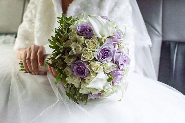 Букет невесты из роз и калл в холодной цветовой гамме 🐚💜🌿 #love #weddingdecor #floristic #флорист #флористика #москва #флористмосква #декор #свадебнаяфлористика #мастерскаяAnnaRose #композицияизцветов #свадебноеоформление #букет #свадебныйдекор #flowers #decor #букетневесты