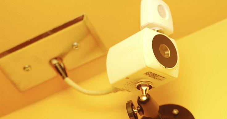 Cómo instalar un sistema de seguridad con DVR. Una grabadora de vídeo digital o DVR, junto con por lo menos una cámara de seguridad, es fácil de instalar y añade una capa extra de protección para tu hogar o pequeña empresa. Esa capa adicional de protección también te da tranquilidad a ti y tu familia o a tus empleados, a sabiendas de que tu casa u oficina está bajo la atenta mirada del sistema ...
