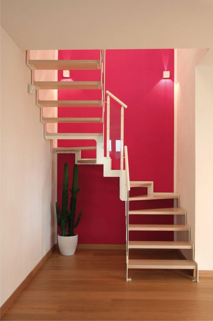 #Escalier - Demi tournant, limons latéraux, marches en bois, structure en acier. Découvrez les réalisations d'escaliers de L'Échelle Européenne sur www.escaliers-echelle-europeenne.com