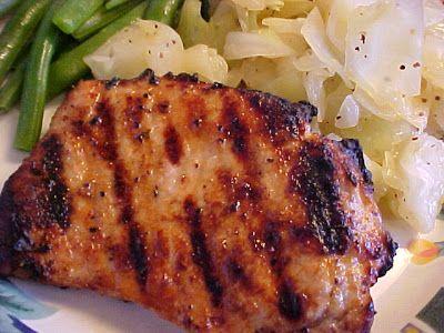 mesa de festa: Costeletas de porco com limão, tomilho e alho em churrasco