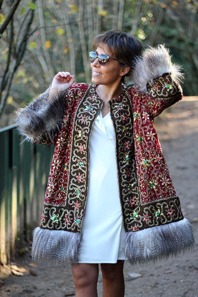 No hay palabras para describir este tipo de prendas 😍😍 ¡Se presentan por si mismas! 💘💘💘 Espectacular abrigo joya 😲 rematado con pelo en el bajo y en los puños. Allí donde vayas...¡¡Brillarás!! ✨✨ #TitaniaCloset #Étnico #Exótico #Vintage #HandMade #Abrigo #Exclusivo