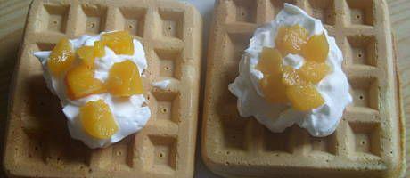 Jajka ubic z cukrem i c.waniliowym,wlac wode,olej,mąke z proszkiem i wszystko dokładnie zmiksowac(mąki dac tyle by masa miała konsystencje gęstej śmietany).Upieczone gofry najlepiej wyłożyc na kratke z kuchenki albo podepszeć o cos aby wystygły.Gofry układane jeden na drugim po upieczeniu robia sie gumowe