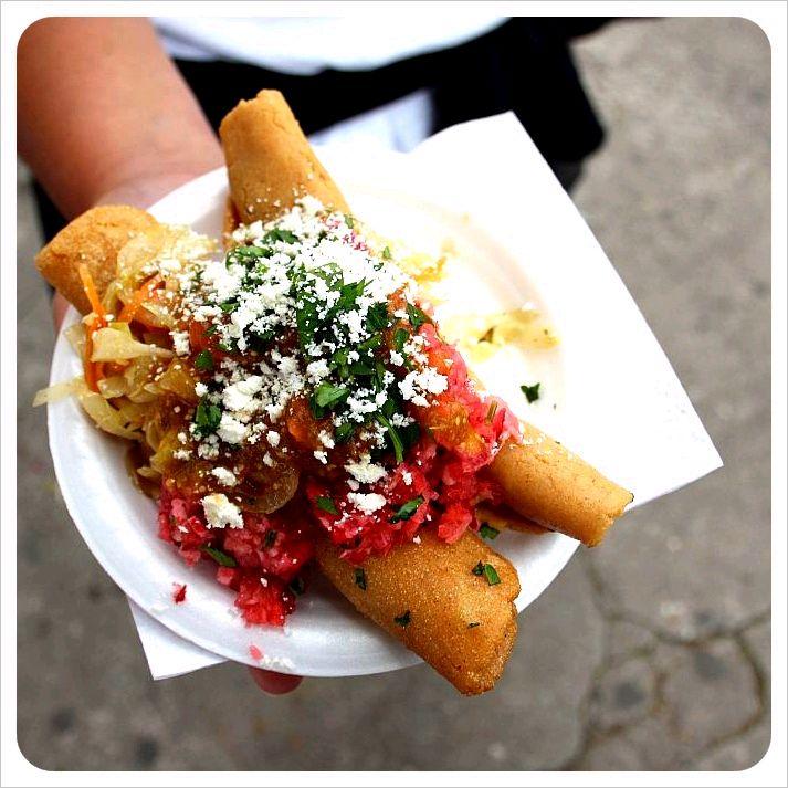 Guatemalan tacos con salsa de tomate.