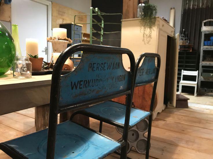 Vintage metalen stoelen. #vintage #chair #metal #blue