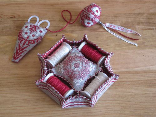 Very neat sewing tray, the pincushion is held in place with safety pins.