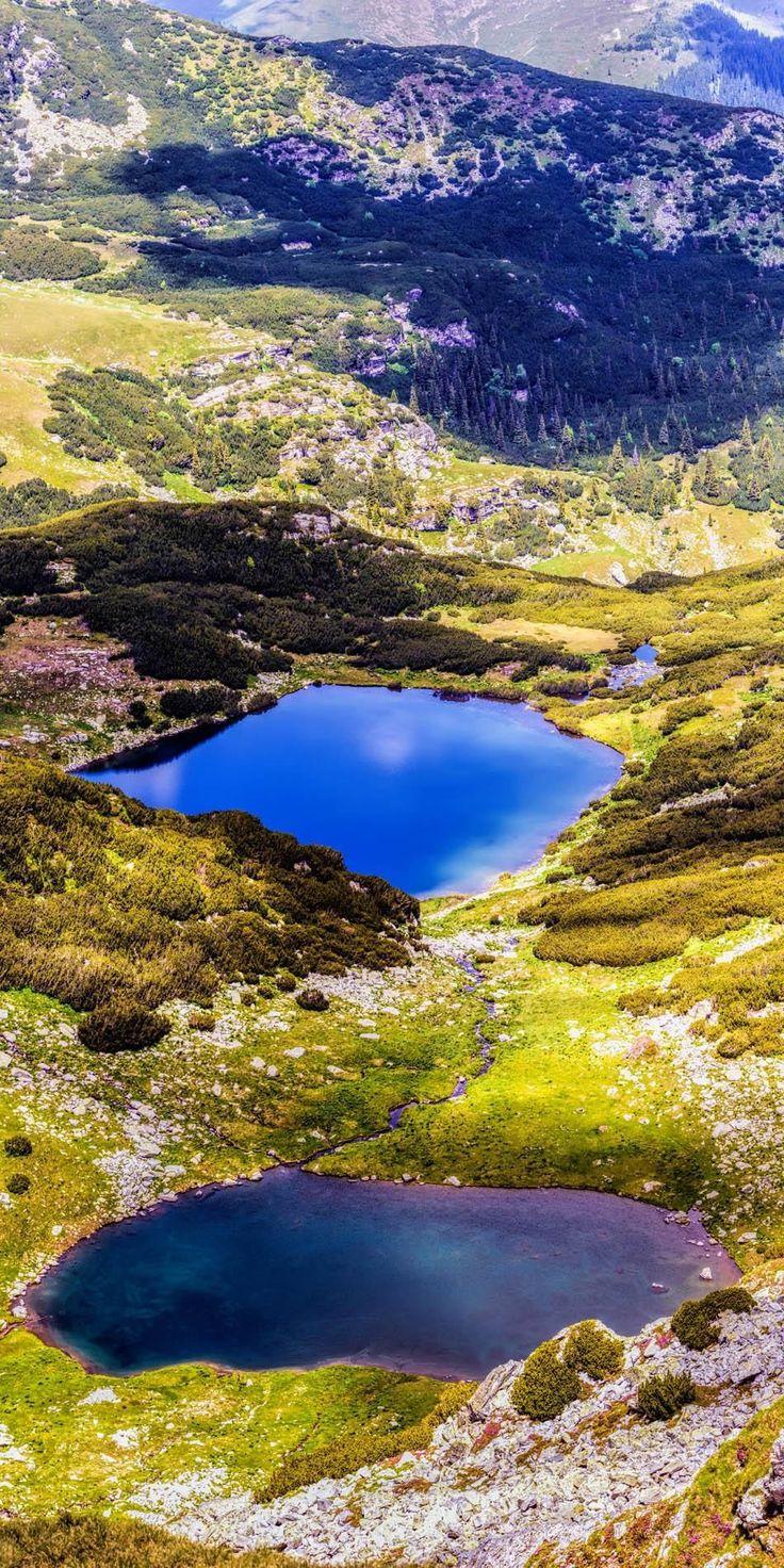 Vista panorámica del lago glacial en las tierras altas de las Montañas Fagaras, Rumania