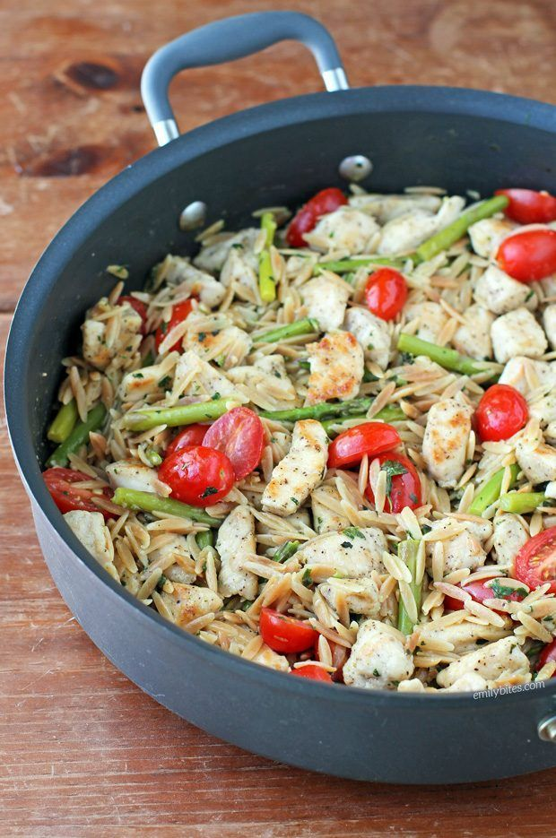 This Lemon Chicken Orzo with Tomatoes and Asparagus is an easy, healthy, flavorful one-pot meal! Just 368 calories or 8 Weight Watchers SmartPoints. www.emilybites.com