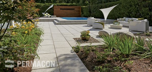 Backyard layout with a modern urban look //// Dalles Lexa Gris Alpin permacon.ca