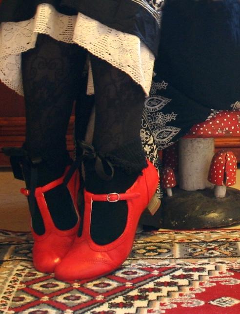Red shoes et dentelle noire ~ Oui!