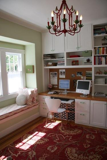 escritório com bastante estante e prateleiras; gostei do cantinho perto da janela.
