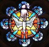 Símbolo de la Trinidad en la iglesia San Ignacio en Chestnut Hill, Mass. La mano representa al Padre, la paloma al Espiritu Santo y la cruz a Jesús, el Hijo.