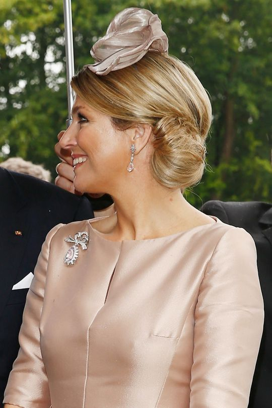 Queen Maxima of the Netherlands (homeland of my mom!) appeared in Germany yesterday with this lovely rolled bun, so perfectly side-swept and shiny. Isn't it divine? I'd actually love to see our favorite duchess try this look out sometime as well.