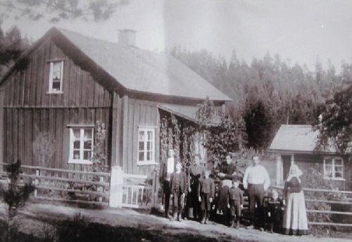 Bildet er fra Humslid i Högerud, i 1904. Farmor og hennes familie,  flyttet dit fra Smådal i Brunskog, farmor er nr. 2 fra venstre, de andre på bildet er hennes søsken, foreldre og farmor.