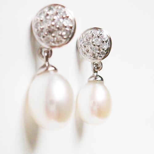 Pendientes de plata rodiada con Perla Cultivada y Zirconitas.  Ideales para una novia.