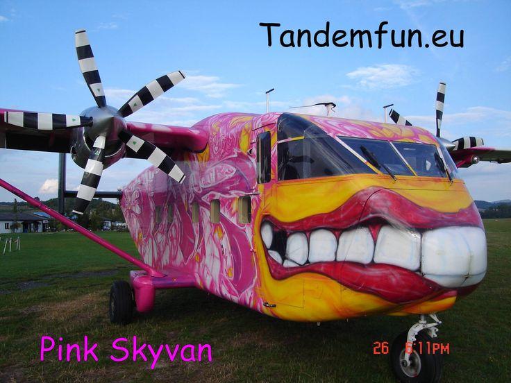 Flugzeug Short Skyvan in Skydive Pink Klatovy Tschechien nicht weit von Bayern Deutschland