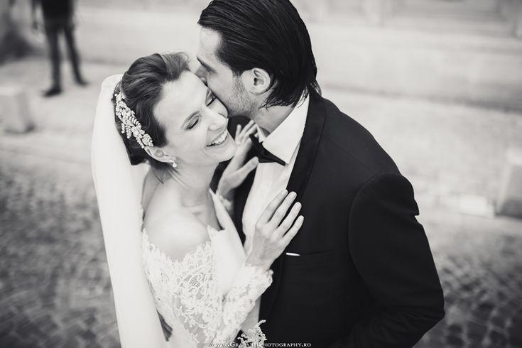 Outdoor wedding | bride and groom posing ideas  #grabazei #outdoorwedding #nuntainaerliber #bucuresti #bucharest fotograf nunta bucuresti #chisinau summer club snagov