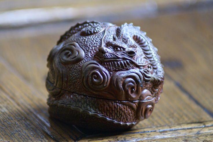 Kogo bizen yakiLa Perle, elle, que le Dragon chasse, tient d'une symbolique plus compliquée. Le sens le plus commun est que cette perle enflammée possède une essence sacrée qui transmet son pouvoir au Dragon. Elle serait également la représentation de la sagesse, le Dragon, symbole de l'empereur, étant alors celui qui dirige son empire avec sagesse.