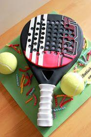 Esta tarta incluye una copie de la pala de pádel de la cumpleañera.       La tarta es la raqueta, que estaba hecha de rico bizcocho de choco...