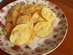 """Batata Chips de Micro-ondas   GordelíciasMais uma receita que eu tinha colocado na lista """"não vai dar certo"""". Ou então, se der, não vai ter aquele gosto bacana, vai ser uma versão mais ou menos da original… Queimei a língua, a boca, o corpo todo. Sabe batata chips cro-can-te? Feita sem fritura e óleo espalhado no fogão e no chão da cozinha? - Muito prazer, meu nome é batata chips de micro-ondas."""