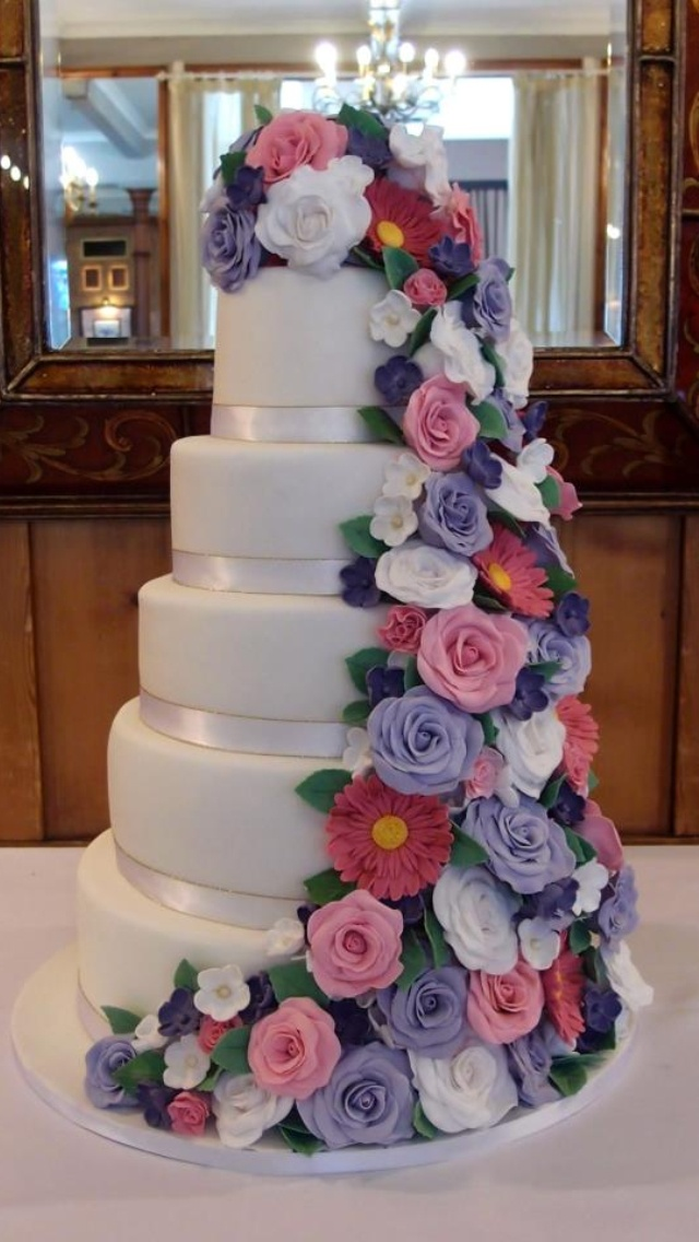 fresh flower holders for wedding cakes 25 best images about cascading flowers on 14472